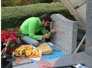 Graveur sur pierre, Camille Josset travaille ce jour-là au cimetière de Marly-le-Roi (4)